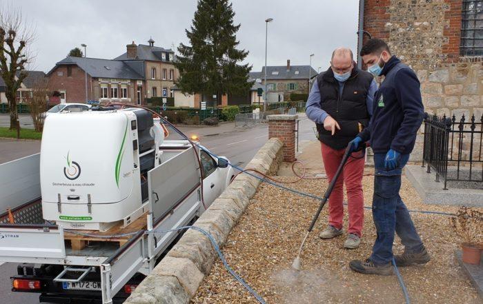 Ce village de Seine-Maritime utilise une technique de désherbage « à l'eau bouillante »
