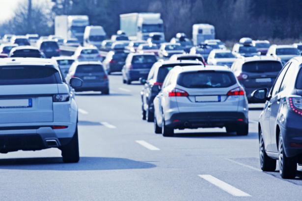 Loi Climat: l'interdiction des voitures émettant plus de 123 g/km de CO2 a été votée
