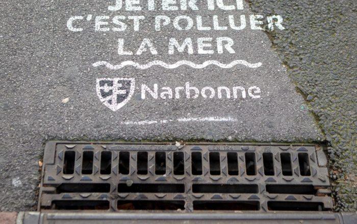 Inscription sur les avaloirs d'égouts de Narbonne